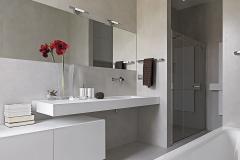 bagno moderno con vasca e box doccia in muratura